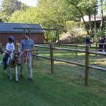 Fille qui fait du cheval avec sa mère au camping Pré des moines