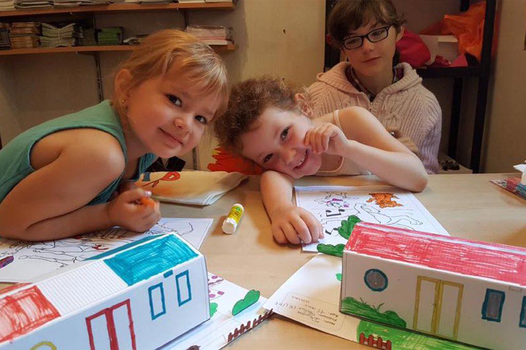 Atelier dessin avec des enfants au camping Pré des moines