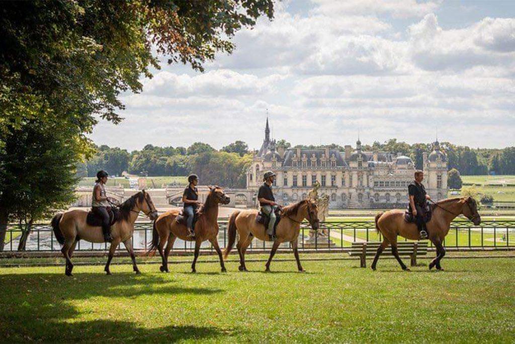 Balade en cheval dans le château Chantilly proche du camping Pré des moines