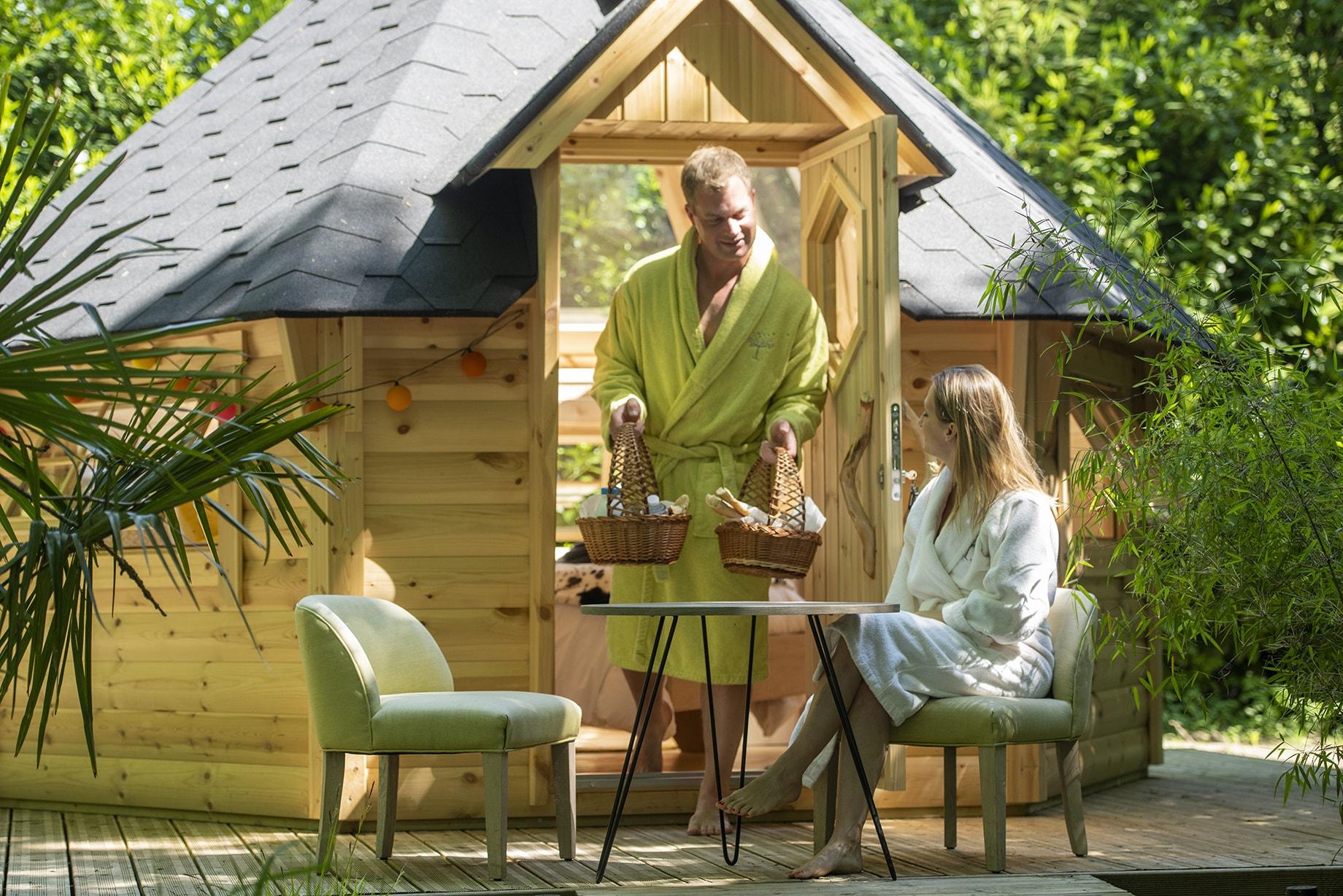 Couple dans la bulle de rêve du camping Pré des moines