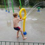 enfant qui joue a des jeux d eau