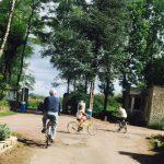famille qui fait du vélo