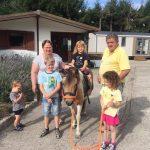 famille avec leur fille sur un poney
