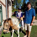 père avec sa fille sur un poney