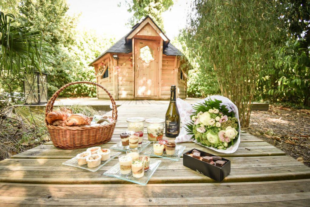 Petit déjeuner dans la bulle du camping Pré des moines