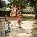 Enfants qui s'amuse dans une aire de jeu du camping Pré des moines