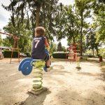 Enfant qui s'amuse dans un parc du camping Pré des moines