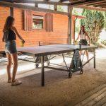 Filles jouant au tennis de table au camping Pré des moines