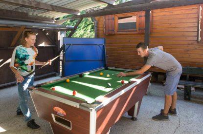 Famille qui joue au billard au camping Pré des moines